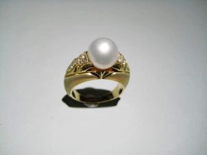 18K Gold Ring with South Sea Pearl and Diamond Artist: Robiloti Catalog: 603-51-3
